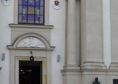 karawan przed kościołem